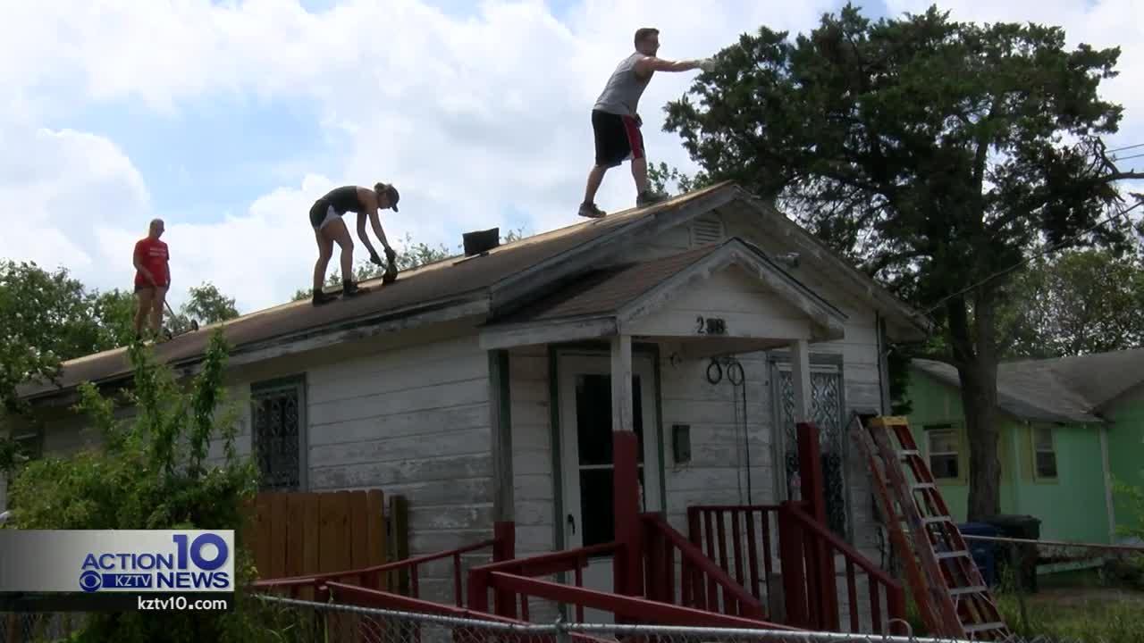 Teens in Sea City Work Camps work on houses.